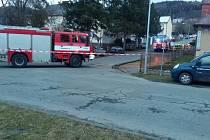 V DĚLNICKÉ ULICI ve Kdyni zasahovali hasiči u prokopnutého potrubí, ze kterého unikal plyn.