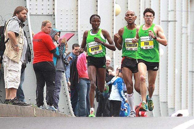 MARTIN FREI doběhl v neděli do cíle Ústeckého půlmaratonu jako první z Čechů. Domažlický rodák je na snímku zachycen s nejlepší ženou závodu, keňskou běžkyní Agnes Kiprop.