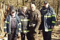 Společná fotografie hasičů s hercem Markem Vašutem při natáčení fantasy snímku Solomon Kane.