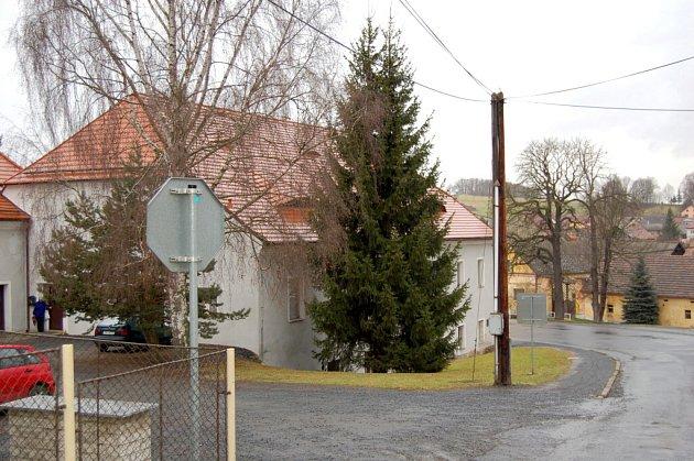 SMRK u Obecního úřadu v Koutě na Šumavě.