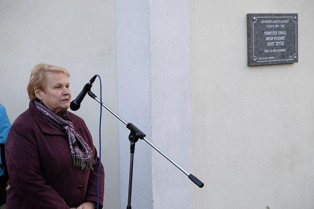 Marta Zemanová při odhalení pamětní desky v Brnířově.