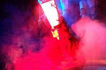 Husova smrt. Scéna upálení mistra Jana Husa, jehož skvěle ztvárnil Miloš Majer, patřila k silným okamžikům představení.