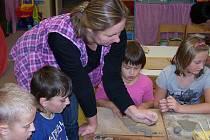 Žáci ZŠ Prapořiště si vyzkoušeli práci keramika.