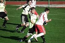 FOTBALISTÉ HOLÝŠOVA zvládli utkání ve Stříbře a porazili domácí Baník. Byli lepším týmem. Na snímku je Petr Jeniš (č. 11).