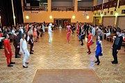 PRVNÍ PRODLOUŽENOU mají za sebou absolventi taneční a společenské výchovy v Holýšově, kde každý pátek v kulturním domě probíhá jedna z lekcí. Místní kulturní dům se tak pravidelně mění v taneční parket.