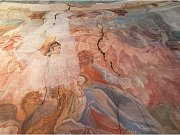 Rozpraskané fresky musí projít odborným restaurátorským zásahem.