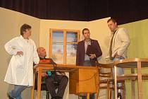 Úspěšná divadelní hra kolovečských ochotníků ZOO dospěla ke své derniéře.