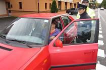 Dagmar Brožová, domažlická policejní mluvčí, odměňovala vzorné řidiče malým dárkem.