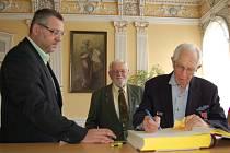 Do pamětní knihy města Domažlice se zapisuje Robert Gilbert (98), velitel jednotky Americké armády, která v květnu 1945 osvobodila Domažlice.