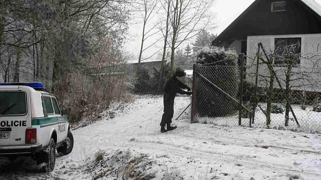 Prvotní kontrola se týkala dvířek v plotech u kontrolovaných objektů.