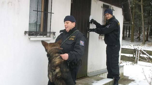 Policisté se služebními psy kontrolovali rekreační objekty v okolí Domažlic.
