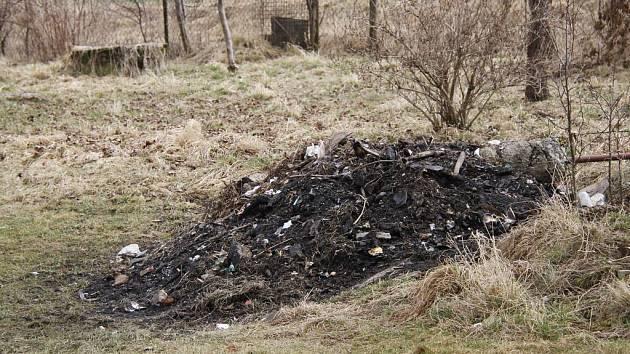 Po plastech a hromadě domácího odpadu zbylo jen spáleniště.