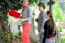 Domažličané (zleva Jana Pilátová, Václav Šaloun a Lucie Buchbauerová) plní první praktický úkol.