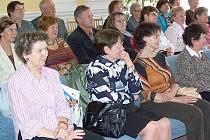 Posluchači Univerzity III. věku převzali při slavnostním aktu na  radnici osvědčení o absolvování druhého ročníku studia.
