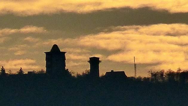 Pohled na Čerchov při dnešním západu slunce. Málokoho by v té chvíli napadlo, že už bylo spuštěno testovací vysílání ze stožáru, který je možné vidět vpravo od Kurzovy věže a jednoho z objektů.