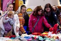 Z CHARITATIVNÍHO VÁNOČNÍHO JARMARKU. Sál MKS Domažlice zaplnily nejrůznější výrobky, jejichž koupí přispěli lidé na nemocné děti.