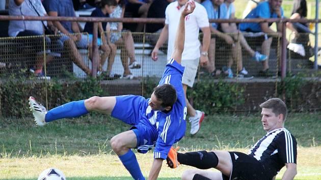 Fotbalisté Kdyně slavili po pětatřiceti letech znovu výhru v I. A třídě. Na snímku z přípravy zastavuje Milan Janeček soupeře. ⋌