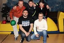 Dramatický a do poslední chvíle vyrovnaný souboj byl k vidění v utkání mezi bowlingáři Dotika (zleva nahoře Čínovec, D. Hůtta, Skala, dole V. Hůtta a Kriška) s Puntíky.