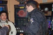 Domažličtí policisté při kontrole.