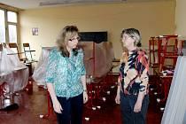 CO TEĎ A CO POTOM? Tak nějak uvažovaly ředitelka školy Ivana Váchalová (vpravo) a její zástupkyně pro II. stupeň Jindřiška Šmídová (vlevo) společně se zástupcem pro I. stupeň Lubošem Kuboněm.