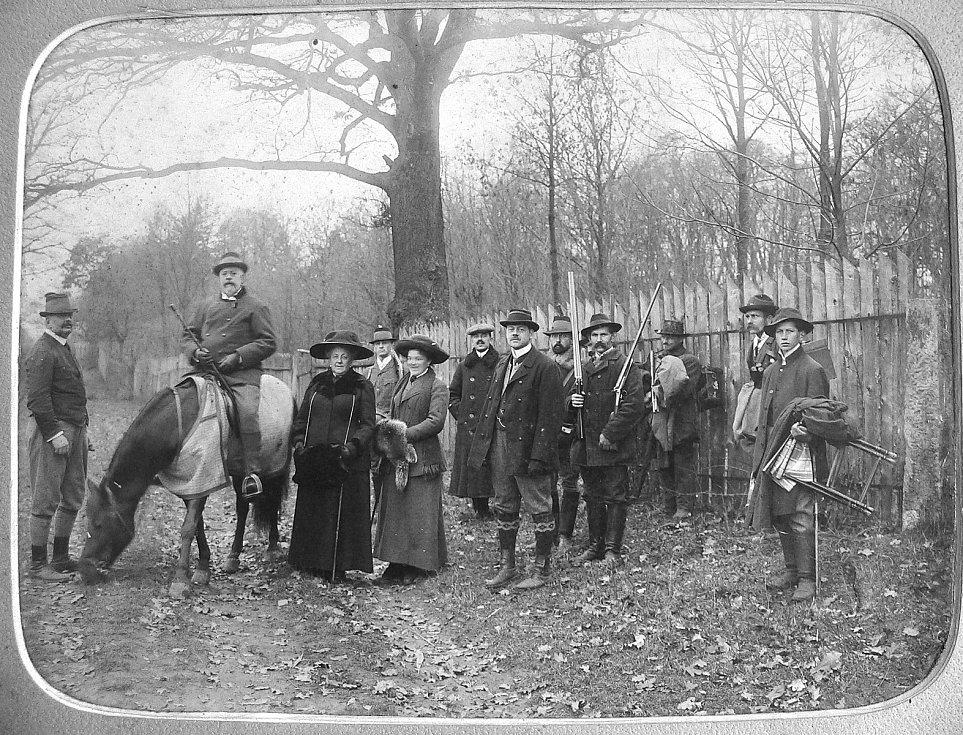 Karel Jan Trauttmansdorff na koni očekává příjezd anglického krále Eduarda VII.  Foto: archiv výstavy