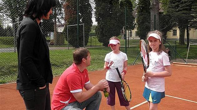 Na nových kurtech hrály i Eliška Hiklová a Kamila Pekhartová.