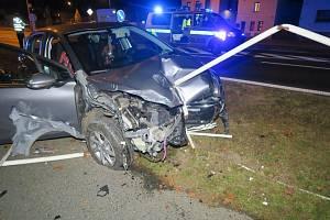 Řidič mluvil za jízdy se spolujezdkyní, zničil si auto i zábradlí.