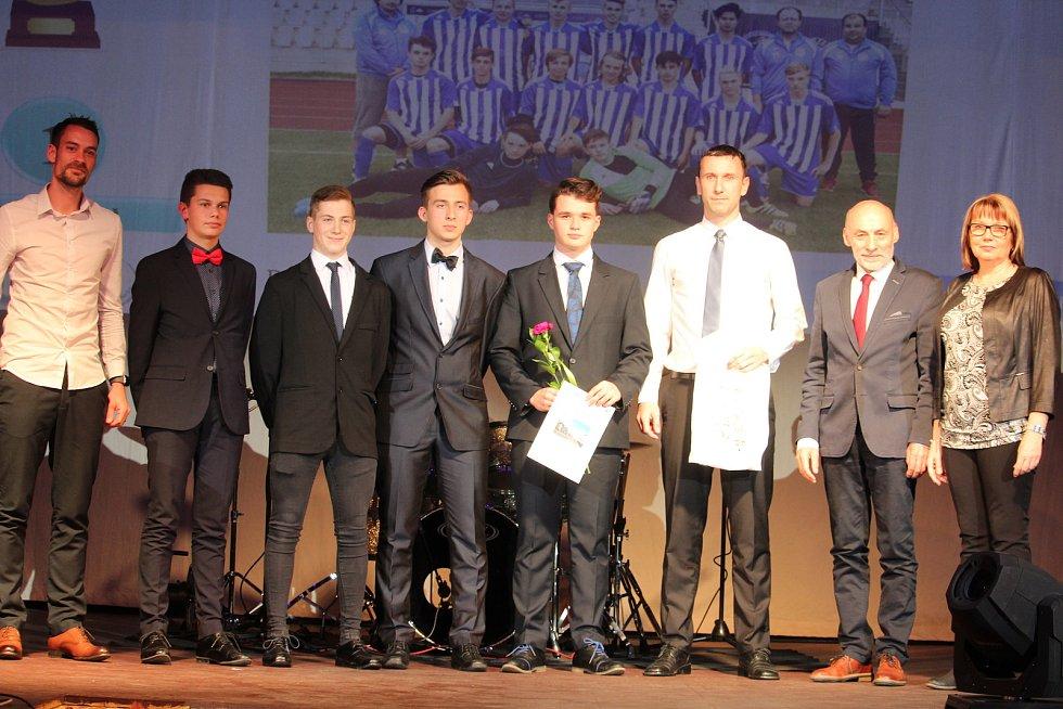 Mládež do 18 let - kolektivy: prvenství patří dorosteneckým fotbalistům Jiskry Domažlice pod vedením Radka Šindeláře (třetí zprava) a Petra Mužíka (vlevo).