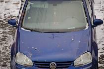 PRACH Z PETARD a zbytky pyrotechniky znečistily některá zaparkovaná auta.