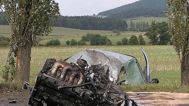 Motor skončil po nehodě na silnici. Foto: Luboš Mleziva