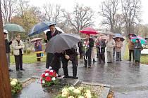 Čelní představitelé Domažlic (zleva) starosta Miroslav Mach a místostarosta Pavel Wolf dnes položili na městském hřbitově jako první kytice při pietním aktu k 90. výročí založení republiky.
