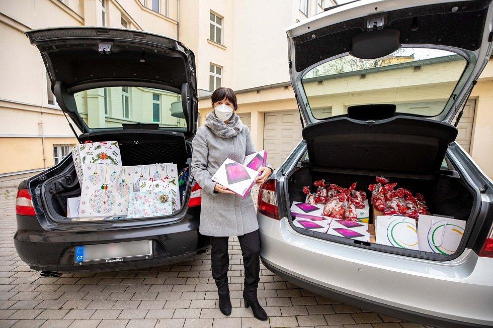 Hejtmanka Ilona Mauritzová kontroluje dárky před odvozem do dětských domovů.
