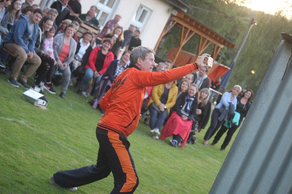 David Prachař exceloval ve hře trenér v autentickém prostředí přímo na fotbalovém hřišti v Únějovicích na Domažlicku. S diváky si hned na úvodu udělal seflíčko.
