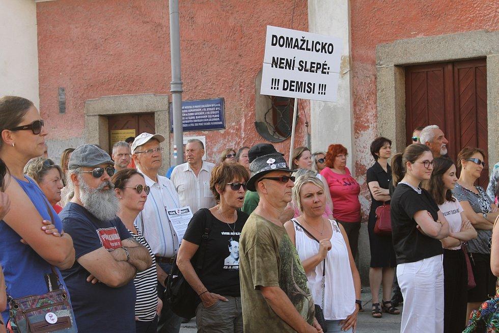 Na demonstraci na domažlickém náměstí Míru se sešlo asi 150 lidí. Zahráli zde také dvě kapely. Kromě hlavní pořadatelky Jana Filipové, promluvil také Antonín Kolář z ProHnutí Plzeň a organizátor poběžovických protestů.