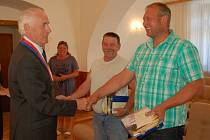 PODĚKOVÁNÍ. Jaroslav Dejmek (uprostřed) a Rostislav Blahník přijímají gratulaci od starosty Jana Löffelmanna.