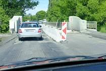 Průjezd po mostě v Holýšově.