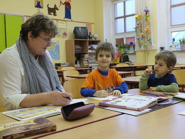 Pavel Houdek (uprostřed) při zápisu v domažlického škole v Komenského ulici.