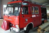 TRHANOVŠTÍ BUDOU MÍT TENTO VŮZ. Zásahové vozidlo jim předají za symbolické 1 euro hasiči z partnerské obce Gleissenberg.