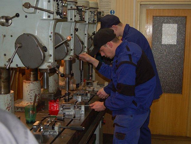 Dvanáct žáků oboru mechanik-seřizovač ze šesti škol z celého Plzeňského kraje se zúčastnilo krajského kola soutěže kovo junior, které hostilo domažlické Střední odborné učiliště.