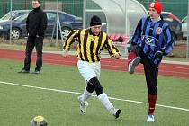 ZA STAŇKOV. Obávané turbo Tomáš Homolka (vlevo) má být součástí trojvýměny Trhlík (Staňkov – Holýšov), Baxa (Holýšov – Koloveč) a Homolka (Koloveč  – Staňkov). Na snímku v souboji s Martinem Šinálem, který na turnaji nastoupil za oba týnské týmy.
