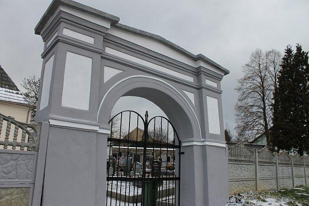 Opravená hřbitovní zeď a brána.
