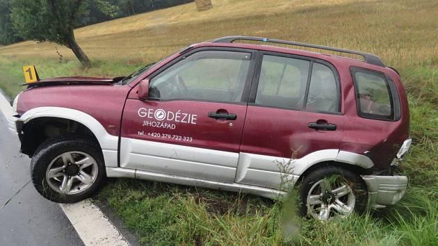 SMYK byl příčinou středeční nehody vozu Suzuki u Březí.