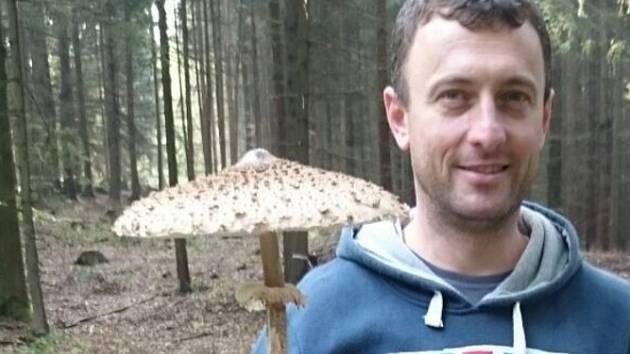 V. Rojt při procházce se svými dětmi našel obrovskou bedlu.