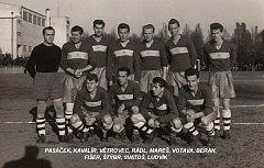Snímek domažlických fotbalistů s Františkem Marešem.