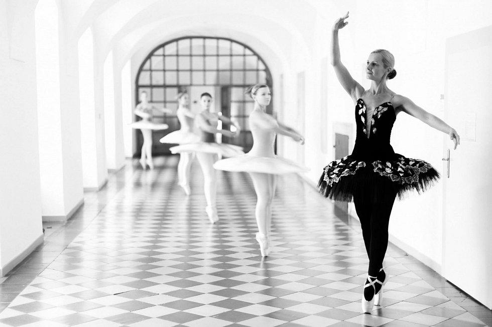 Václava Brettschneiderová (zcela vpravo) tancem žije a lásku k němu předala jako pedagožka desítkám tanečníků.