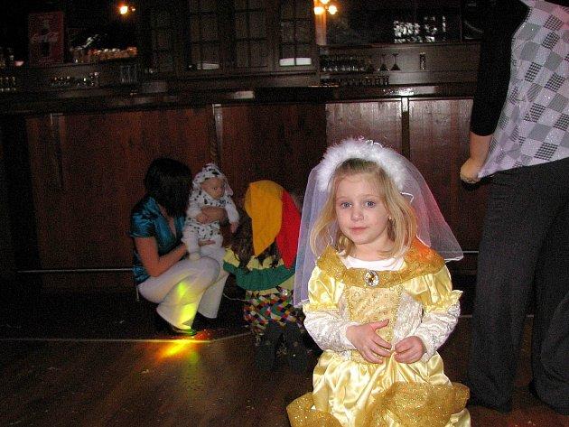 ZE SÁLU KD. Dětem při karnevalu, ale i dospělým při tanečních zábavách ubíral prostor dlouhý barový pult (v pozadí).