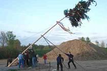 Stavění májky. Ilustrační foto
