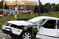 VLAK AUTO ODHODIL. Projíždějící motorák pochroumal přední část vozu na straně řidiče.