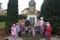 Děti z MŠ Chodská Lhota u pomníku legionářů.