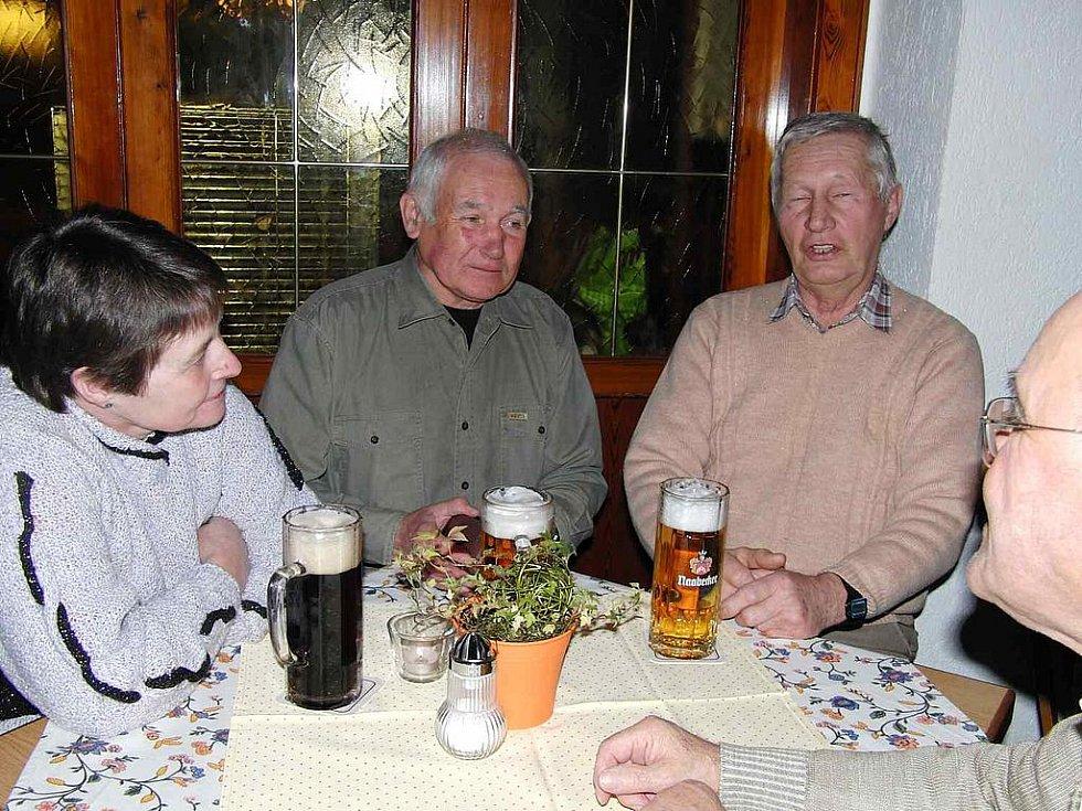 Z výročního jednání Kruhu přátel Furth im Wald Domažlice. Na ´výročce´ nechyběl ani místopředseda KČT Domažlice Karel Bílek (uprostřed).